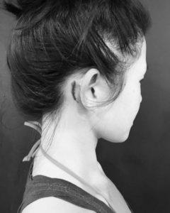 tatouage-derriere-l-oreille-plume